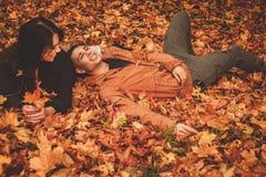 Beaux couples en stationnement d'automne Photos stock