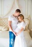 Beaux couples enceintes doux près des rideaux de Tulle Images stock