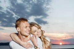 Beaux couples et beau coucher du soleil Images stock