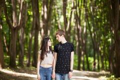 Beaux couples faisant un tour dans la forêt Photo stock