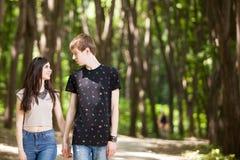 Beaux couples faisant un tour dans la forêt Images libres de droits