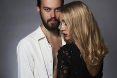 Beaux couples femme avec l'homme fille et garçon blonds ensemble Photos libres de droits