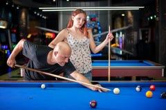 Beaux couples flirtant sur un jeu de piscine Images stock