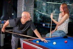 Beaux couples flirtant sur un jeu de piscine Photo stock