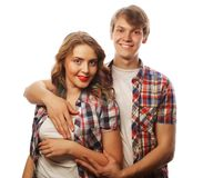 beaux couples heureux étreignant au-dessus du fond blanc Photos stock