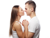 beaux couples heureux étreignant au-dessus du fond blanc Images stock