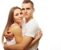 beaux couples heureux étreignant au-dessus du fond blanc Photographie stock