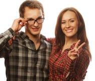 beaux couples heureux étreignant au-dessus du fond blanc Photos libres de droits