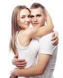 beaux couples heureux étreignant au-dessus du fond blanc Image libre de droits