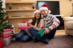 Beaux couples heureux célébrant des vacances de Noël photos libres de droits
