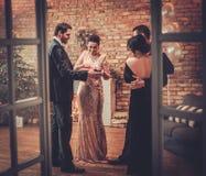 Beaux couples heureux célébrant Noël Photographie stock libre de droits