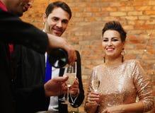 Beaux couples heureux célébrant Noël Photo libre de droits