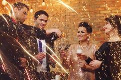 Beaux couples heureux célébrant Noël Images stock