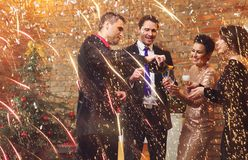 Beaux couples heureux célébrant Noël Photo stock