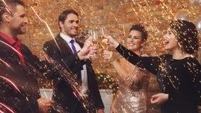 Beaux couples heureux célébrant Noël Photos libres de droits
