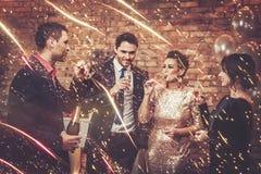 Beaux couples heureux célébrant Noël Photos stock