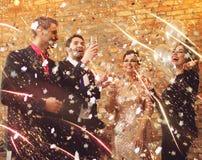 Beaux couples heureux célébrant Noël Images libres de droits