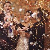 Beaux couples heureux célébrant Noël Image stock