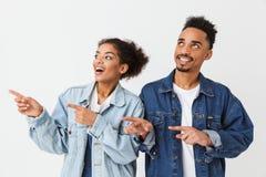 Beaux couples heureux dans des chemises de denim se dirigeant et regardant loin Photo libre de droits