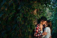 Beaux couples heureux dans l'amour Ils étreignent doucement près du mur couvert de verdure Wroclaw, Pologne, centennale Photo stock