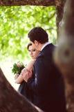 Beaux couples heureux de baiser dans l'amour Photographie stock libre de droits