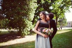 Beaux couples heureux de baiser dans l'amour Photographie stock
