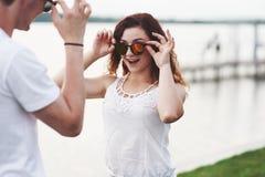 Beaux couples heureux de mode portant les lunettes à la mode image libre de droits