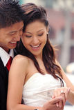 Beaux couples heureux de nouveaux mariés Photo libre de droits