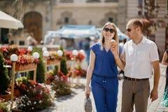 Beaux couples heureux embrassant dans la ville photos libres de droits