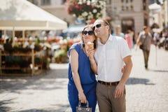 Beaux couples heureux embrassant dans la ville images stock