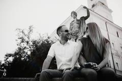 Beaux couples heureux embrassant dans la ville photos stock
