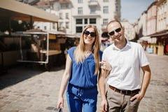 Beaux couples heureux embrassant dans la ville images libres de droits