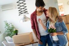 Beaux couples heureux pour leur nouvelle maison photos stock