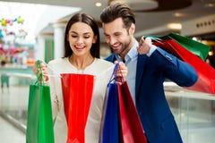 Beaux couples heureux réussis gais mignons dans la participation de veste Images libres de droits