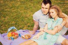 Beaux couples heureux une date Photo stock