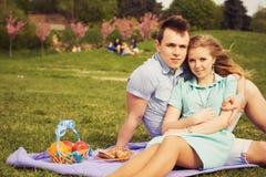 Beaux couples heureux une date Photos stock