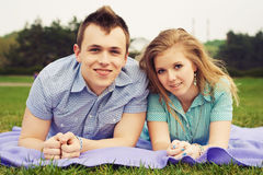 Beaux couples heureux une date Photographie stock