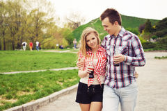 Beaux couples heureux une date Images stock