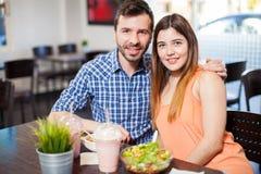 Beaux couples hispaniques à un restaurant Image stock