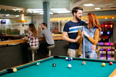 Beaux couples jouant des billards Images stock