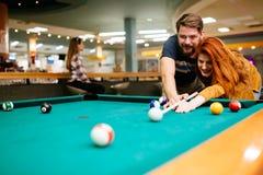 Beaux couples jouant des billards Photo stock