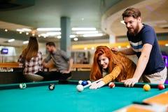 Beaux couples jouant des billards Image libre de droits