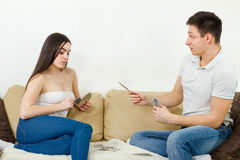Beaux couples jouant des cartes d'intérieur Photo stock