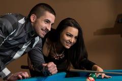 Beaux couples jouant la piscine Images libres de droits