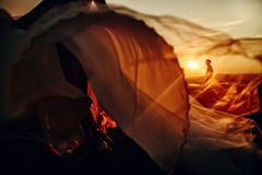 Beaux couples les épousant dans le coucher du soleil Jeune mariée courant à son marié Homme sur le bsckground photographie stock libre de droits