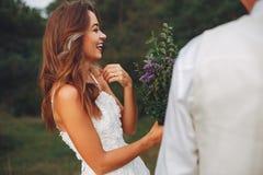 Beaux couples les épousant dans un domaine d'été photographie stock
