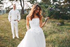 Beaux couples les épousant dans un domaine d'été images libres de droits