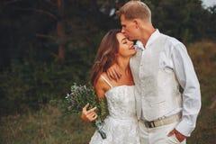 Beaux couples les épousant dans un domaine d'été photos stock