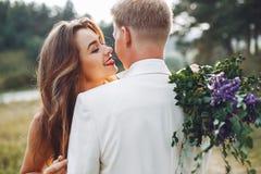 Beaux couples les épousant dans un domaine d'été image stock