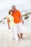 Beaux couples mûrs sur la plage Images stock